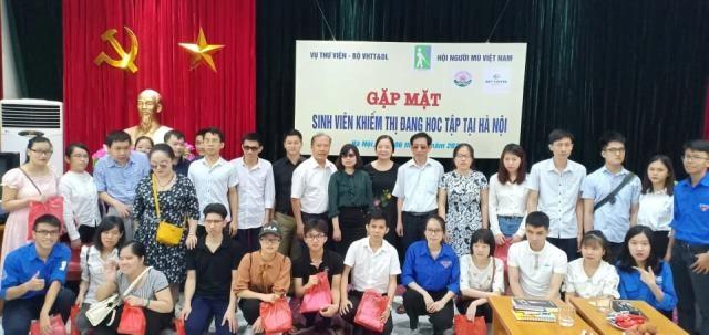 Ban Tổ chức chụp ảnh cùng các em sinh viên khiếm thị đang học tập tại Hà Nội (Ảnh:K.T)