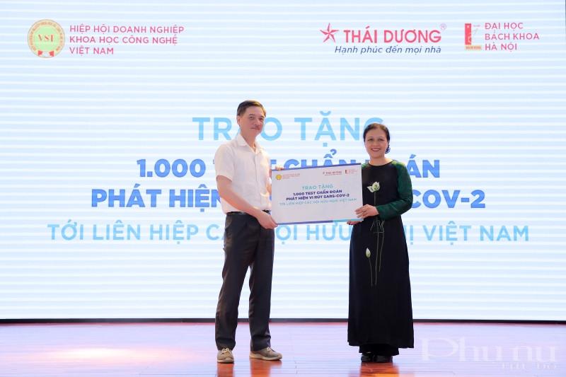 Tại buổi lễ, ông Nguyễn Hữu Thắng- TGĐ, sáng lập công ty Sao Thái Dương trao tặng tượng trưng 1000 test Covid 19 cho Liên hiệp các tổ chức hữu nghị Việt Nam.