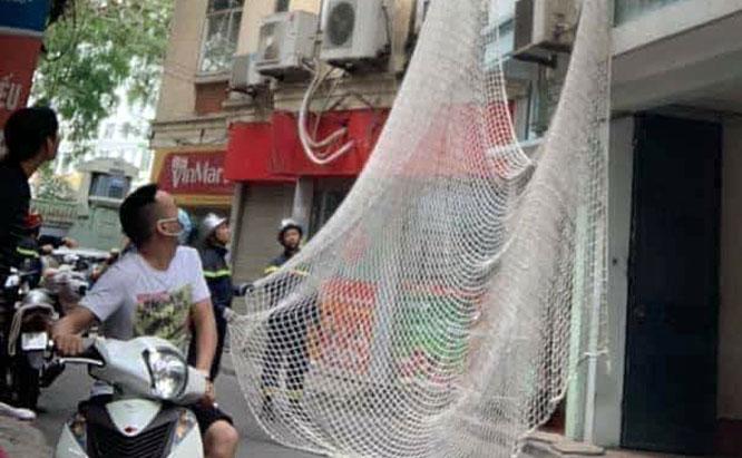Lực lượng công an chăng lưới bắt đối tượng truy nã tại phố Núi Trúc.
