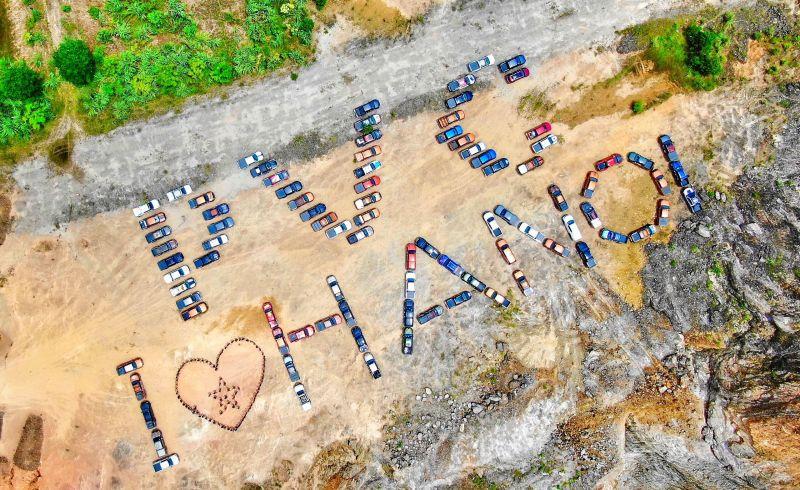"""Thành viên của PVC xếp những chiếc xe bán tải địa hình thành dòng chữ """"PVC LOVE HANOI"""""""