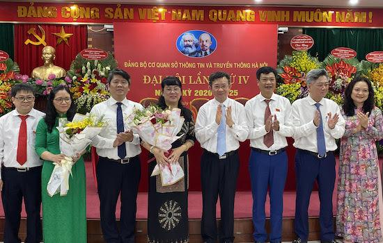 Giám đốc Sở TT&TT Nguyễn Ngọc Kỳ và lãnh đạo Đảng ủy khối các cơ quan TP chúc mừng Ban Chấp hành nhiệm kỳ mới
