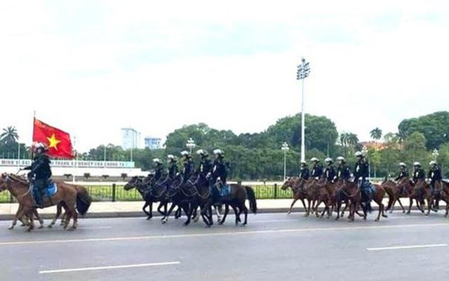 Đoàn kỵ binh ngựa diễu hành qua Nhà Quốc hội.