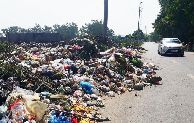 Rác thải tồn đọng tại điểm tập kết rác xã Dị Nậu (huyện Thạch Thất), gây ô nhiễm môi trường.
