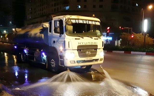 Hà Nội cho phép tưới nước rửa đường sau 3 năm tạm dừng.