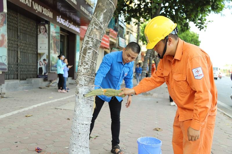 Hoạt động ra quân vệ làm sinh môi trường, quét sơn các gốc cây, xóa bỏ biển quảng cao rao vặt... của đoàn viên thanh niên Thủ đô