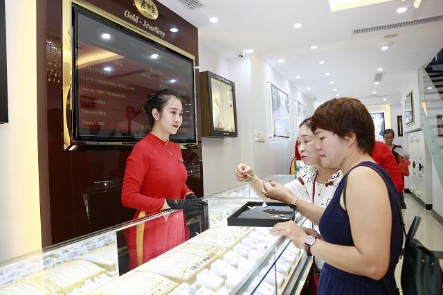 Khách hàng mua vàng tại một cửa hàng trên đường Hoàng Cầu.