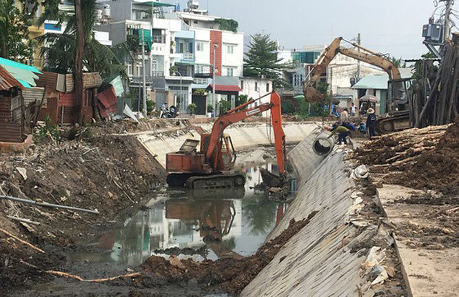 Đơn vị thi công nạo vét, làm bờ kè rạch Tầm Vu (phường Thạnh Xuân, quận 12).