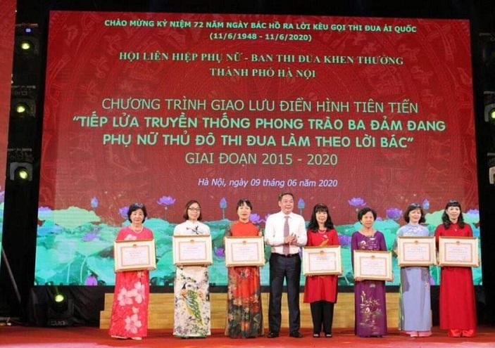 Đồng chí Lê Hồng Sơn, Phó Chủ tịch UBND thành phố Hà Nội tặng Bằng khen của UBND TP cho các tập thể