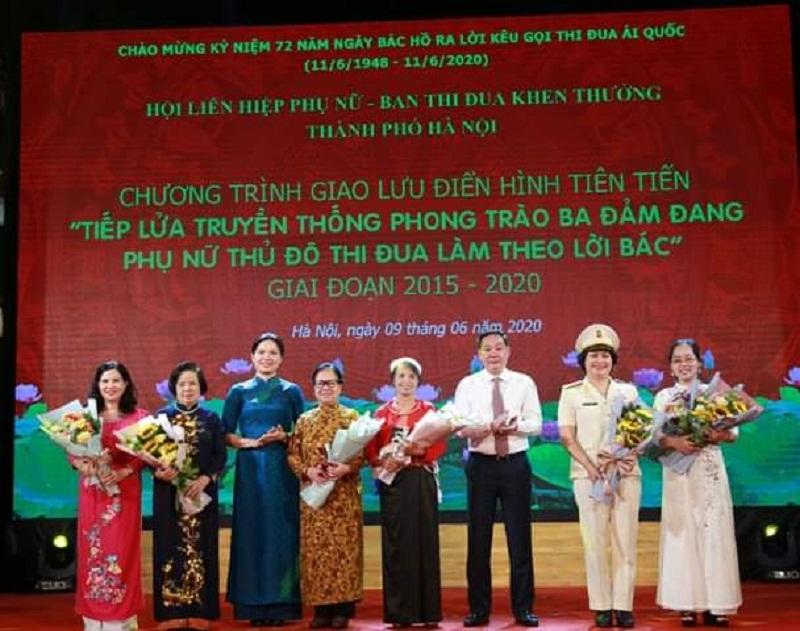 Đồng chí Hà Thị Nga, Chủ tịch Hội LHPN Việt Nam ( thứ 3 từ trái sang) và đồng chí  Lê Hồng Sơn, Phó Chủ tịch UBND thành phố Hà Nội ( thứ 6 từ trái sang) tặng hoa các nhân vật giao lưu điển hình tiến tiến tại chương trình