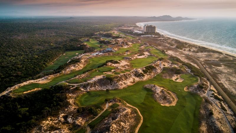 Được thiết kế với địa hình ngoạn mục, The Bluffs là một trong những sân golf ven biển mang đến những trải nghiệm thú vị nhất châu Á