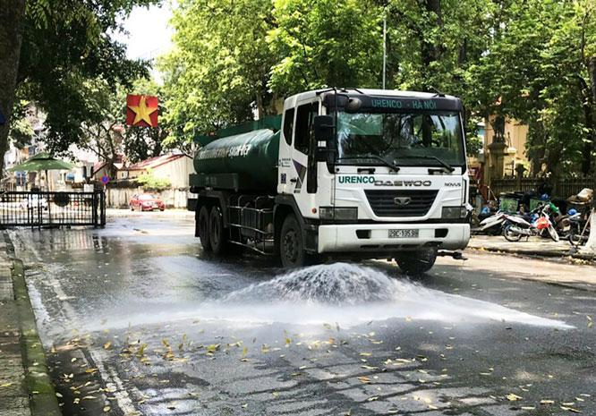 Việc thực hiện rửa đường không chỉ tăng cường chất lượng vệ sinh môi trường, mà còn giúp giảm bụi, giảm nhiệt trong những ngày nắng nóng. Ảnh: Văn Toàn