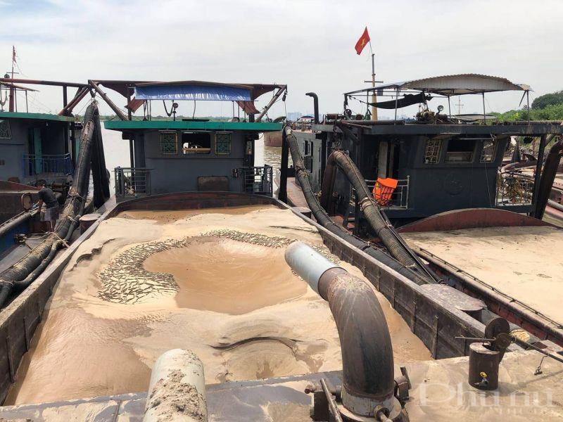 Các tàu khai thác cát trái phép bị bắt