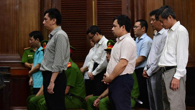 Các bị cáo nghe tòa tuyên án tại phiên tòa xử VN Pharma chiều 1-10-2019 - Ảnh: Quang Định