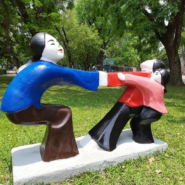 Những bức tượng trong công viên Thống Nhất được tô màu sặc sỡ gây tranh cãi thời gian vừa qua