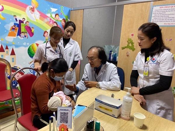 Bác sĩ Nguyễn Tiến Dũng thăm khám cho bệnh nhi