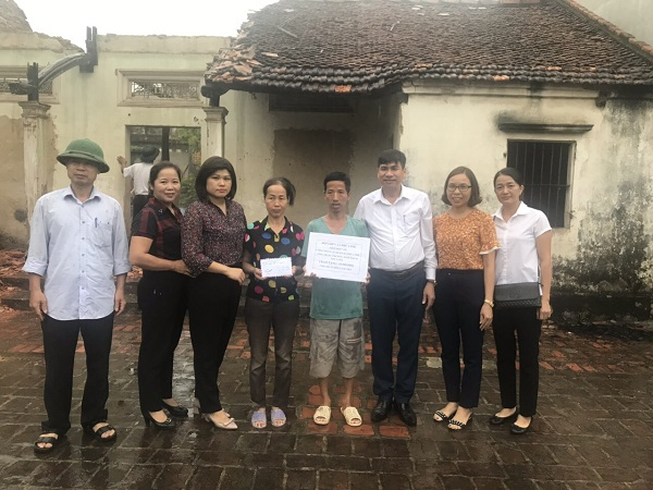 """Hội LHPN xã Phù Linh trao tặng """"mái ấm tình thương"""" cho gia đình hội viên"""