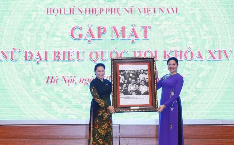 Chủ tịch Quốc hội Nguyễn Thị Kim Ngân tặng bức tranh Bác Hồ với đại biểu nữ dự Đại hội đại biểu phụ nữ toàn quốc năm 1950 cho Chủ tịch Hội LHPN Việt Nam Hà Thị Nga