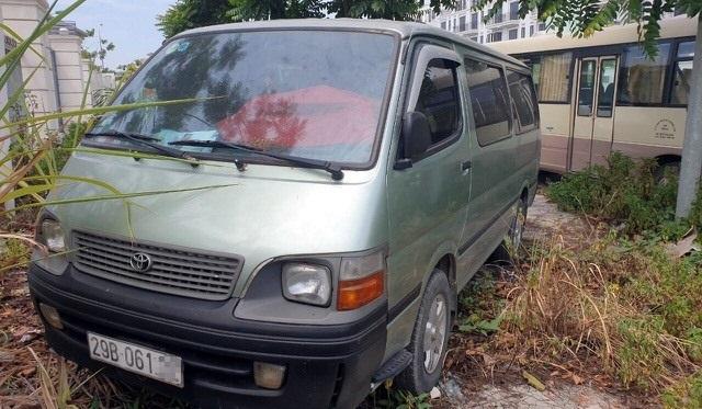 Chiếc xe ôtô đưa đón học sinh xảy ra vụ việc. Ảnh: DT