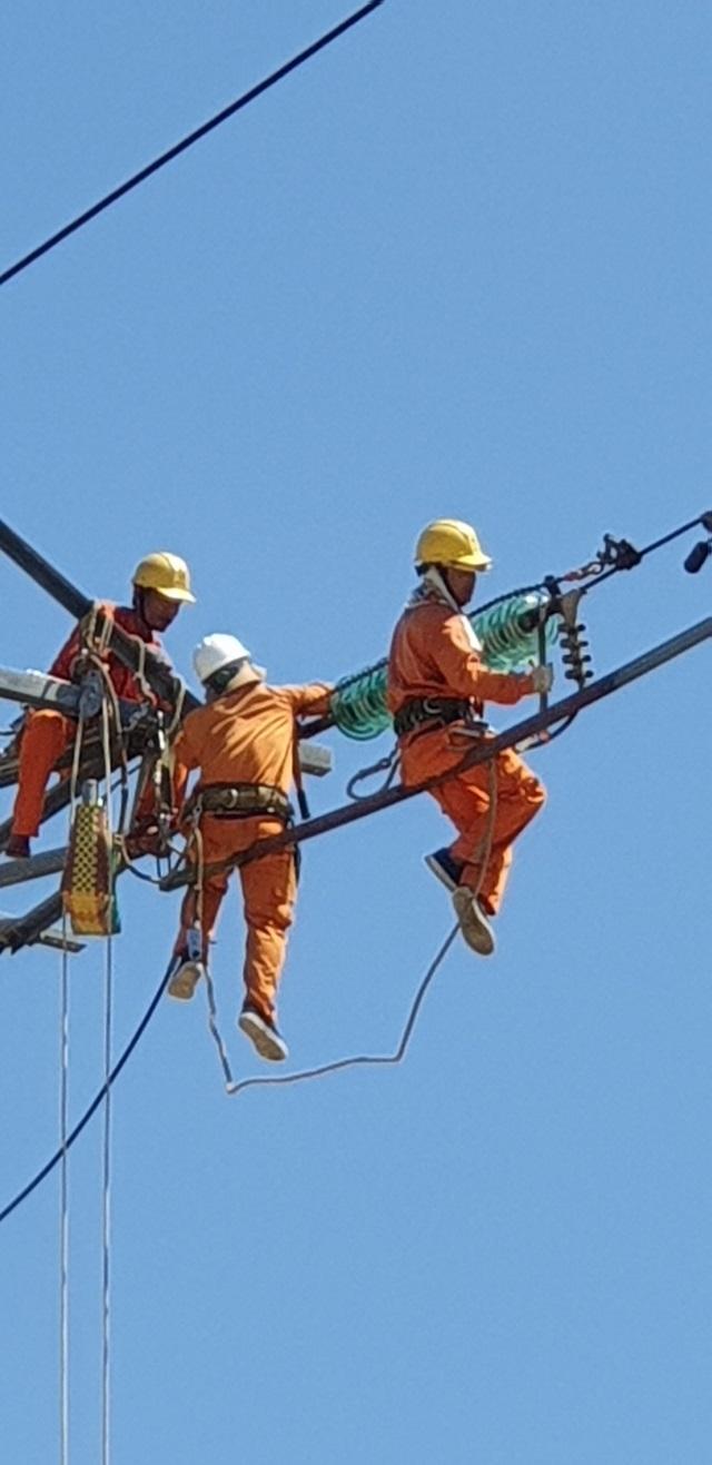 Bất chấp cái nóng trên 40 độ C, công nhân ngành điện vẫn treo mình trên dây diện để sữa chữa, bảo trì lưới điện.