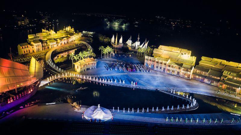 Áo dài được biểu diễn tại sân khấu thực cảnh Ký ức Hội An rộng 25.000m2