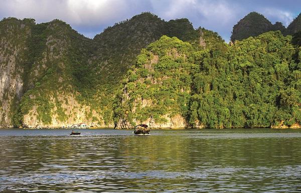 Phong cảnh nên thơ hữu tình của vịnh Lan Hạ nhìn từ du thuyền