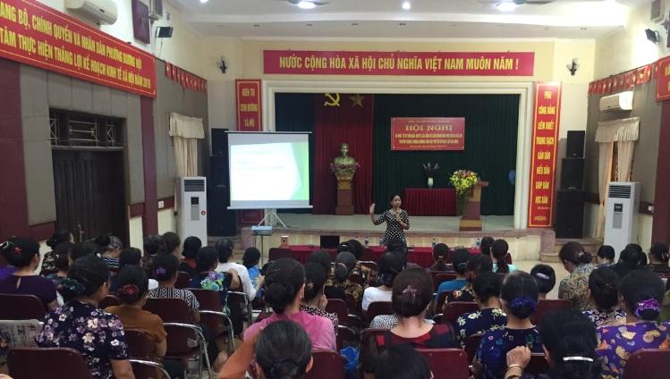 Một buổi tư vấn pháp luật liên quan đến phụ nữ và trẻ em, tổ chức tại Hội LHPN phường Dương Nội, quận Hà Đông