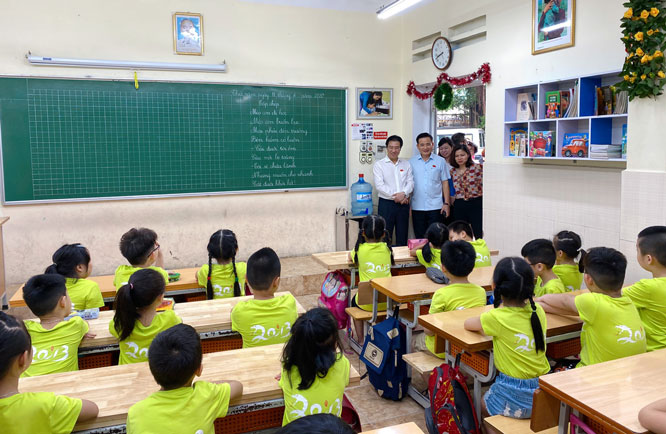 Ban Văn hóa - Xã hội HĐND thành phố khảo sát cơ sở vật chất tại Trường Tiểu học Thủ Lệ (quận Ba Đình).