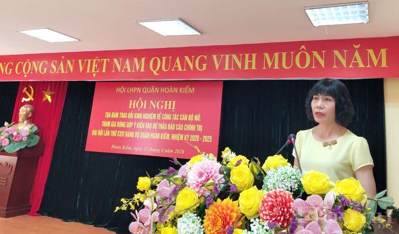 Đồng chí Trịnh Thị Huệ- Chủ tịch Hội LHPN quận Hoàn Kiếm phát biểu khai mạc hội nghị tọa đàm