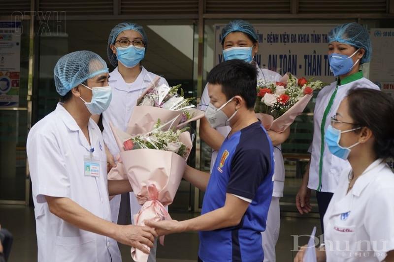 BN303 tặng hoa cảm ơn các thầy thuốc của BVĐK Thái Bình.