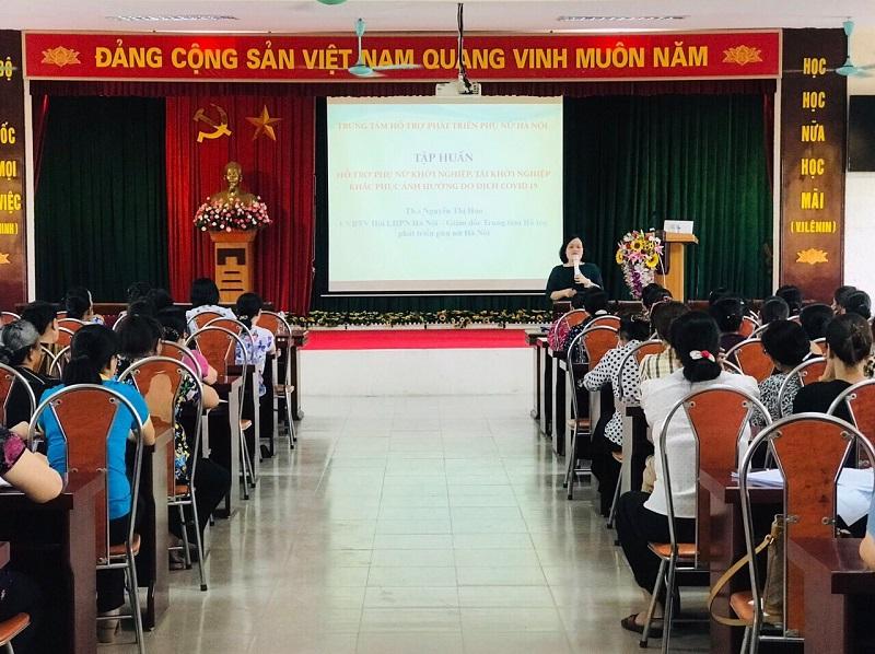 """Đồng chí Nguyễn Thị Hảo - UVBTV – Giám đốc Trung tâm Hỗ trợ phát triển phụ nữ Hà Nội                                      tập huấn Đề án """"Hỗ trợ phụ nữ Thủ đô khởi nghiệp"""