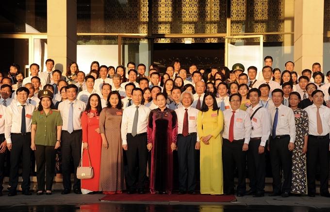Chủ tịch  Quốc hội Nguyễn Thị Kim Ngân chụp ảnh lưu niệm với các nhà báo.