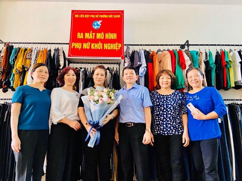 Các đại biểu chúc mừng mô hình phụ nữ khởi sự kinh doanh tại chi hội số 10