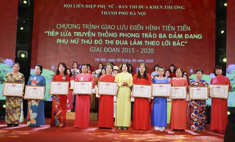 """Giao lưu điển hình tiên tiến """"Tiếp lửa truyền thống phong trào Ba đảm đang phụ nữ Thủ đô thi đua làm theo lời Bác"""" giai đoạn 2015-2020 do Hội LHPN Hà Nội tổ chức ngày 9/6/2020."""