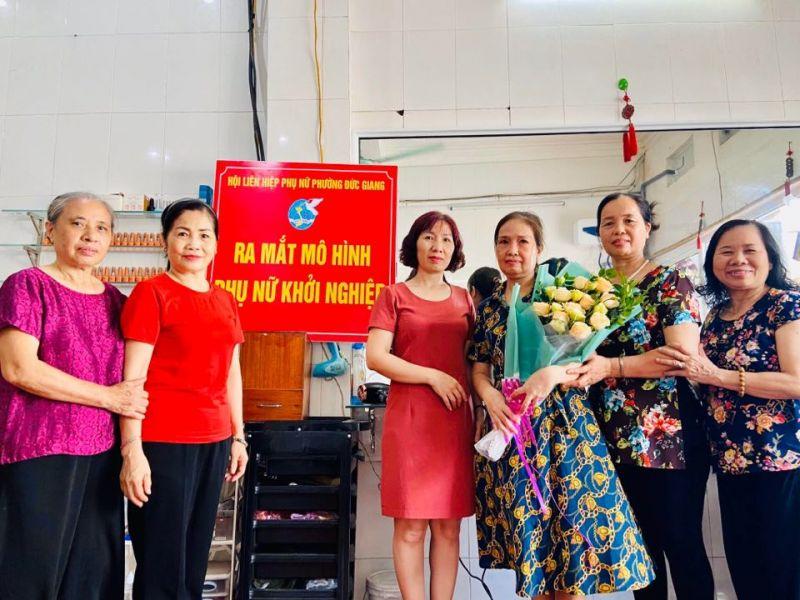 Mô hình phụ nữ khởi sự kinh doanh tại chi hội số 7, các đại biểu tặng hoa chúc mừng mô hình của phụ nữ sẽ thành công trong thời gian tới