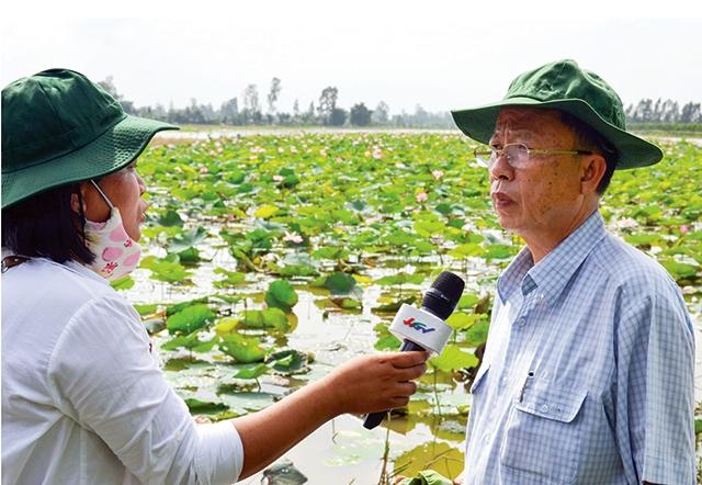 33 tuổi đời, trong đó có 10 năm tuổi nghề, nhà báo trẻ Phạm Thị Hà Linh (trong ảnh, bên trái)