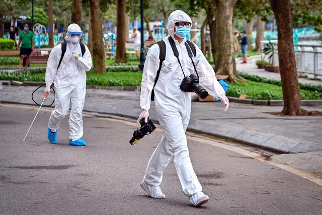 Những nhà báo sẵn sàng vào nơi nguy hiểm nhất để tác nghiệp, phản ánh đầy đủ, kịp thời tình dịch dịch, góp phần để toàn dân đồng lòng chống dịch COVID-19. Ảnh: Tiến Tuấn