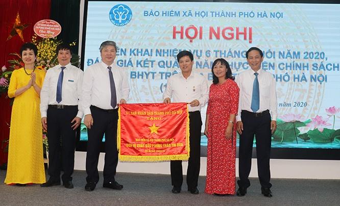 Phó Chủ tịch UBND TP Hà Nội Ngô Văn Quý trao Cờ thi đua đơn vị xuất sắc phong trào thi đua của UBND TP tới lãnh đạo Bảo hiểm xã hội thành phố