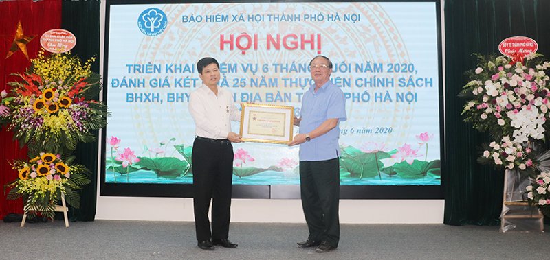 Phó Chủ tịch UBND TP Hà Nội Ngô Văn Quý được BHXH Việt Nam tặng Kỷ niệm chương vì sự nghiệp BHXH.
