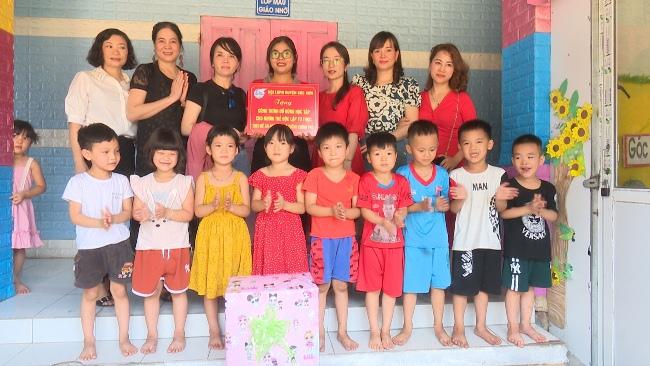 Đại diện Hội LHPN huyện, các doanh nghiệp  và các nhà hảo tâm tặng quà cho các em học sinh có hoàn cảnh khó khăn đặc biệt trên địa bàn huyện Sóc Sơn