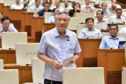 Chánh án TANDTC Nguyễn Hoà Bình trả lời những băn  khoăn của đại biểu tại phiên họp quốc hội sáng 15/6.
