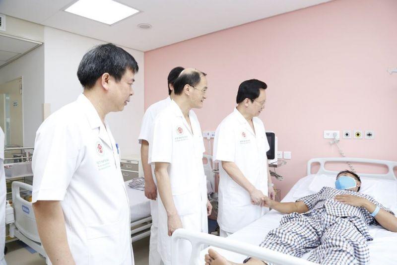 Các bác sĩ thăm hỏi, động viên bệnh nhân sau khi phẫu thuật