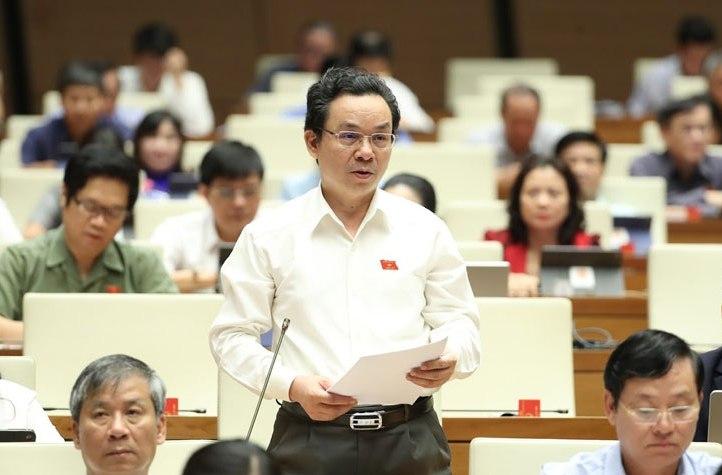 Đại biểu Quốc hội Cường thảo luận tại phiên họp.