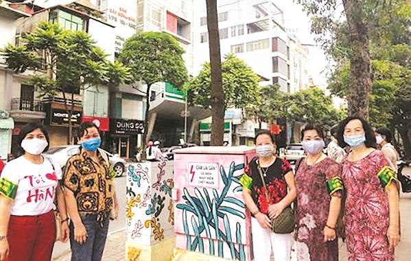 Cán bộ hội viên phụ nữ quận Hai Bà Trưng với công trình vẽ tranh trên các tủ điện