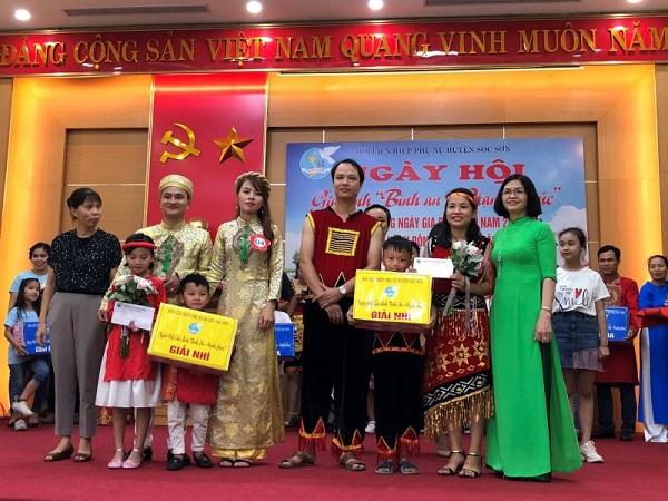 """Các đồng chí lãnh đạo huyện Sóc Sơn trao giải Nhì cho 2 gia đình tạiNgày hội Gia đình """"Bình an, hạnh phúc"""" năm 2020Ảnh: Đ.H"""