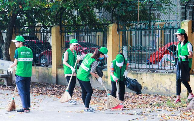 Sinh viên tham gia bảo vệ môi trường - Ảnh: Internet