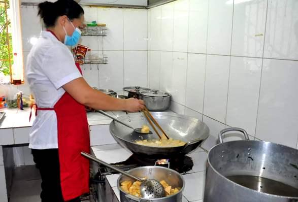 Các cơ sở giáo dục có bếp ăn bán trú luôn đảm bảo an toàn thực phẩm cho trẻ. Ảnh: Thiện Tâm