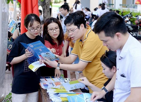 Các học sinh tìm hiểu thông tin tuyển sinh của trường Đại học Kinh tế quốc dân Ảnh: Đại học Kinh tế quốc dân