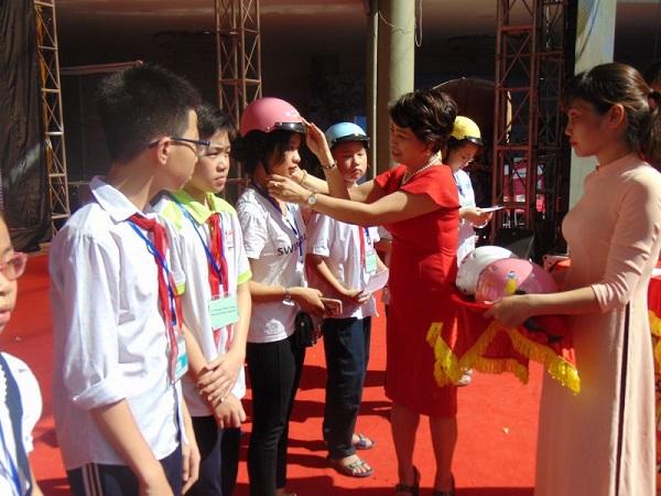 Bà Lê Quỳnh Trang - Tổng biên tập báo Phụ nữ Thủ đô trao tặng quà cho các em học sinh nghèo vượt khó tại quận Hai Bà Trưng