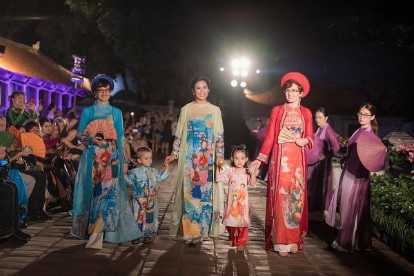 """Người mẫu nước ngoài tham gia trình diễn """"Áo dài - Di sản văn hóa Việt Nam"""""""