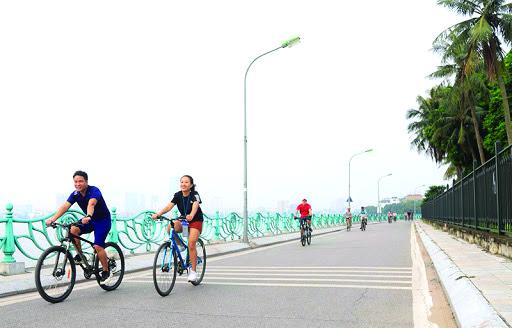 Đạp xe quanh hồ trở thành trào lưu lành mạnh của người dân Thủ đô